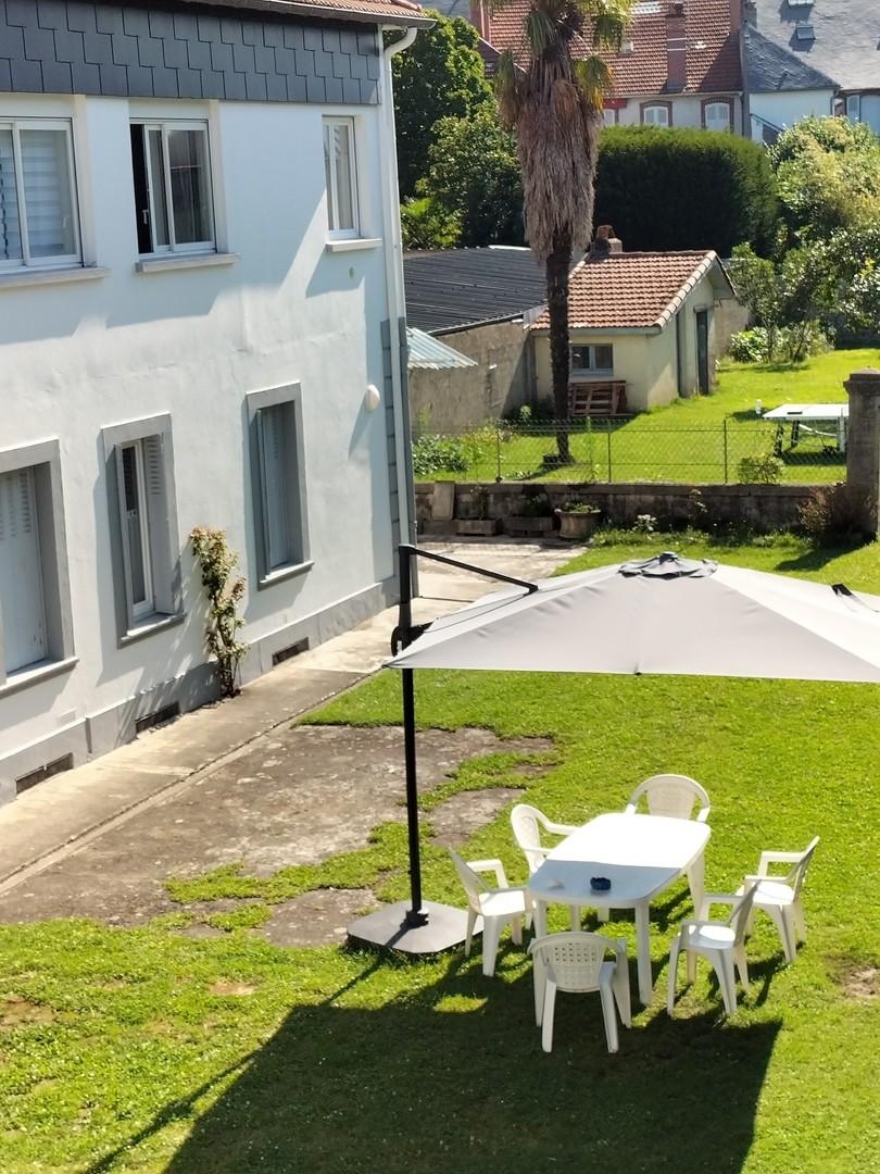 vue depuis le 1er étage: la cour et le jardin