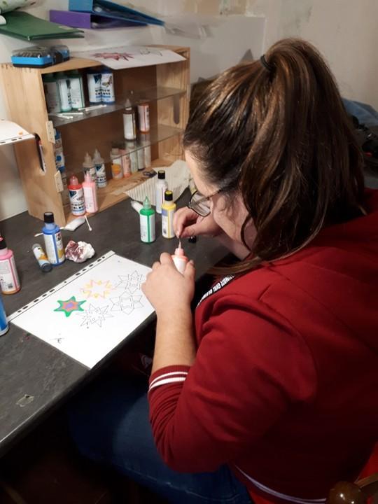 Chloé s'initie a la peinture sur verre